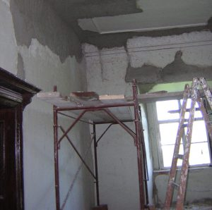 Unternehmensberatung bei Gründung und Neuausrichtung. - In einem Raum steht ein Gerüst und eine Leiter. Die Decke wird neu verputzt.