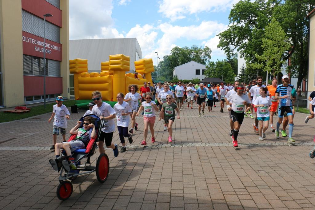 Auf die Plätze, fertig los! Zahlreiche LäuferInnen und WalkerInnen starten am Benefizlauf für Peter - und Peter rollt mit!