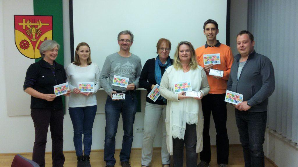 Die Gemeinderätinnen und Gemeinderäte des Umwelt- und Sozialausschusses gemeinsam mit Monika Hirschmugl-Fuchs von miraconsult und der Guten Schokolade in ihren Händen.