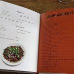 Essen um zu leben. Die Rezepte im Buch unterstützen sie dabei gesunde, presiwerte und einfache Gerichte zuzubereiten. Das Buch liegt aufgeschlagen auf der Seite mit den Hauptgerichten.