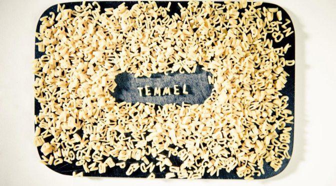 Temmel - Hofladen, Landwirtschaftlicher Betrieb, Freilandhühner, geschrieben mit den den Buchstabensuppennudeln