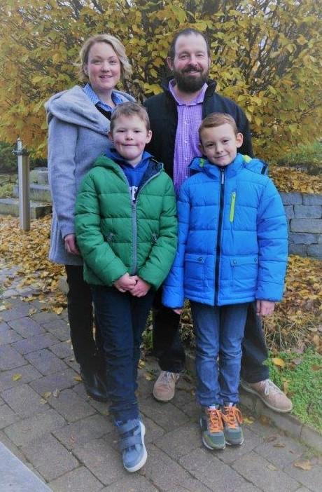 Vor einem Laubbaum mit gelben Blättern stehen Kerstin und walter Temmel mit ihren beiden Söhnen Simon und David.