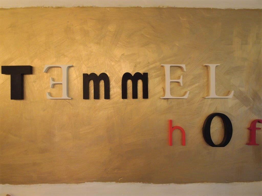 """Schriftzug vom Hofladen Temmel auf goldenem Hintergrund steht in Blockbuchstaben: """"Temmelhof"""""""
