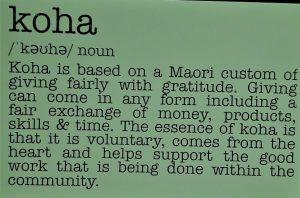 Das Bild beschreibt das Koha Prinzip der Maori, nachdem alle freiwillig für eine Leistung geben was sie derzeit geben können.