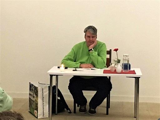 """Birger Höhn sitzt ganz entspannt an einem Tisch, vor Beginn seiner Lesung zum Buch """"Innenansicht eines Menschen mit Autismus"""""""