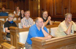 Die Teilnehmer des Sommercamps sitzen im Sitzungssaal des Grazer Rathauses.
