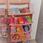 Regal der Firma Manner vollgefüllt mit Süßigkeiten